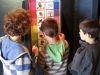 Les enfants jouent avec Petit Poilu