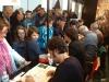 Une foule nombreuse se presse devant les auteurs