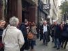 Francq et Van Hamme devant le pub Princess Louise avec les journalistes.