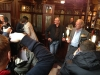 Dans le pub, les journalistes continuent de prendre des photos en rafale