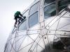 Gaston nettoie les vitres d'une sphère de l'Atomium.