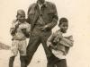 Le père et les gamins (photo prise entre 1961 et 1963)
