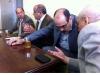 Ces messieurs bien tranquilles en train de prendre le thé sont en fait des directeurs d'école et des inspecteurs de l'Académie marocaine.
