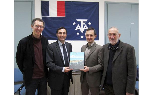 À l'antenne parisienne des TAAF, de gauche à droite : Louis-Antoine Dujardin, Pascal Bolot, Sylvain Savoia et Max Guérout.